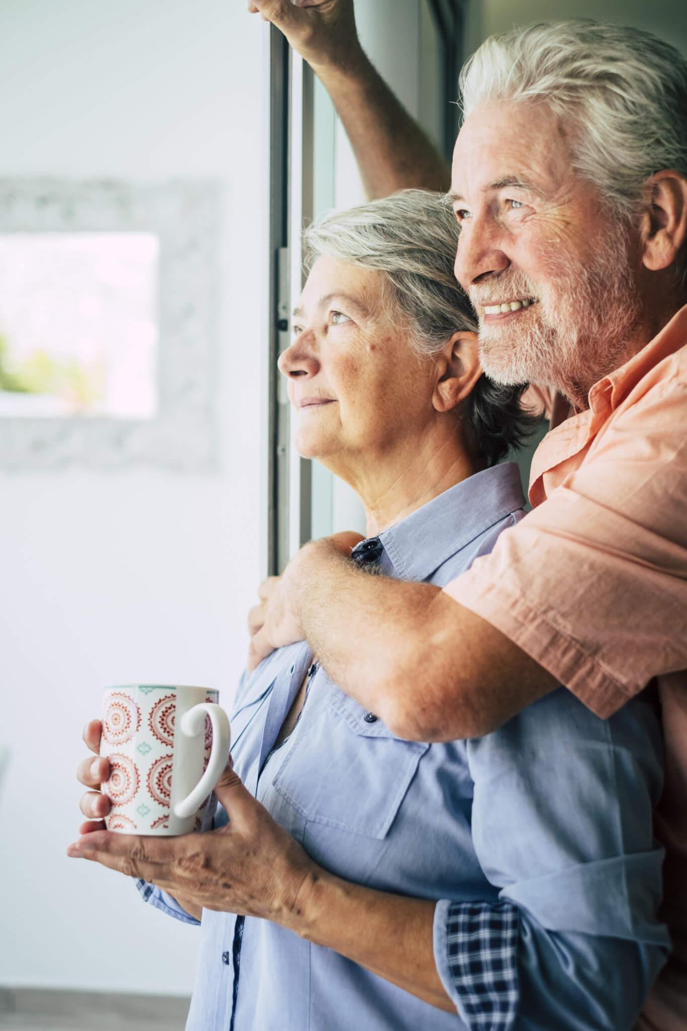 Couple de plus de 55 ans, heureux d'être assurée par la complémentaire santé sénior d'Assurella